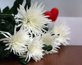 White flowers, bouquet on wooden table — Stockfoto