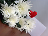 White flowers, bouquet on wooden table — Foto Stock