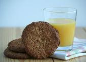 Jus d'orange in glas en zelfgemaakte havermout cookies — Stockfoto