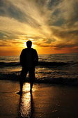 Silhouette of a man against the setting sun — Stock Photo