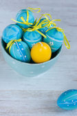 Blue and yellow easter eggs in a bowl — Stock Photo