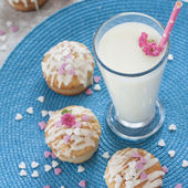 Milk and muffins — Stock Photo