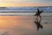Surfeur marchant au coucher du soleil — Photo