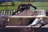 Alte stahlfabrik mit dampf in natürlicher umgebung — Stockfoto