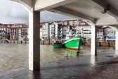 Lekeitio porto com barcos e navios de pesca — Fotografia Stock