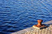 生锈的安全岛 — 图库照片