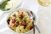 Capellini pasta con salmón y verduras — Foto de Stock