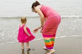 母亲和女儿在水中 — 图库照片