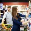 Young couple shopping at supermarket — Stock Photo