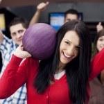 Freunde gemeinsam bowling — Stockfoto