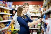 Genç bir çift süpermarkette alışveriş — Stok fotoğraf
