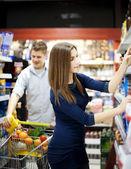 Ungt par shopping på stormarknad — Stockfoto