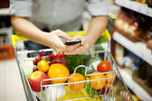 Alışveriş sırasında man manifatura — Stok fotoğraf