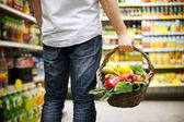 Košík plný zdravých potravin — Stock fotografie