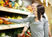 Young couple shopping at groceries — Stock Photo