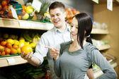 Jovem casal compras na mercearia — Foto Stock