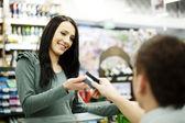 Płacąc kartą kredytową za zakupy — Zdjęcie stockowe