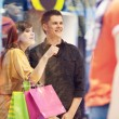 jeune couple lors de shopping — Photo