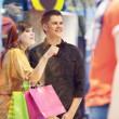 Ungt par under shopping — Stockfoto
