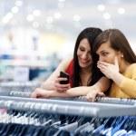 Beste Freunde shopping — Stockfoto