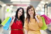 Dos amigas con bolsa de compras — Foto de Stock