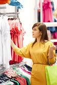 Giovane donna shopping per abiti — Foto Stock
