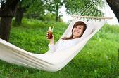 žena odpočívá v houpací síti — Stock fotografie