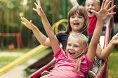 счастливые дети, играя на слайде — Стоковое фото