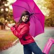 mujer joven bajo paraguas rosa — Foto de Stock