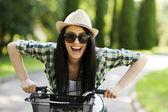 Femme avec vélo — Photo