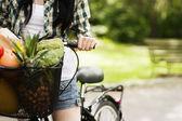 Panier rempli de fruits et légumes — Photo