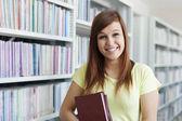 Libros de explotación chica estudiante — Foto de Stock