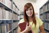 Uczeń dziewczynka gospodarstwa książki — Zdjęcie stockowe