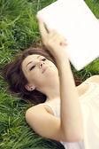 Młoda kobieta za pomocą cyfrowego tabletu — Zdjęcie stockowe