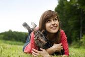 Jeune femme tenue yorkshire terrier — Photo