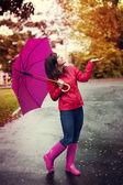 Jeune femme sous le parapluie rose — Photo