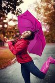 Mladá žena růžový deštník — Stock fotografie