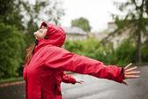 Giovane donna in impermeabile — Foto Stock