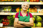 Senior vrouw in supermarkt — Stockfoto