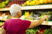 Senior woman at supermarket — Stok fotoğraf