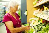 Starszy kobieta w supermarkecie — Zdjęcie stockowe