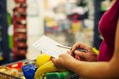 Senior frau am supermarkt — Stockfoto