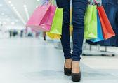 Attraktive frau einkaufen — Stockfoto