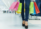 Donna attraente shopping — Foto Stock