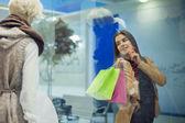 魅力的な女性はショッピング — ストック写真