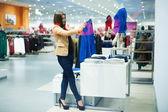 çekici bir kadın alışveriş — Stok fotoğraf