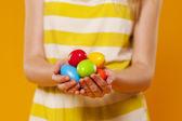 Close-up di multi colorate uova di pasqua nelle mani — Foto Stock
