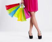 Bir kadın düşük bölümü ile dolu bir alışveriş çantası — Stok fotoğraf