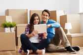 Couple unpacking their stuff — Stock Photo
