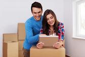 Jonge en liefdevol paar bedrijfsverplaatsingen in nieuw huis regelen — Stockfoto